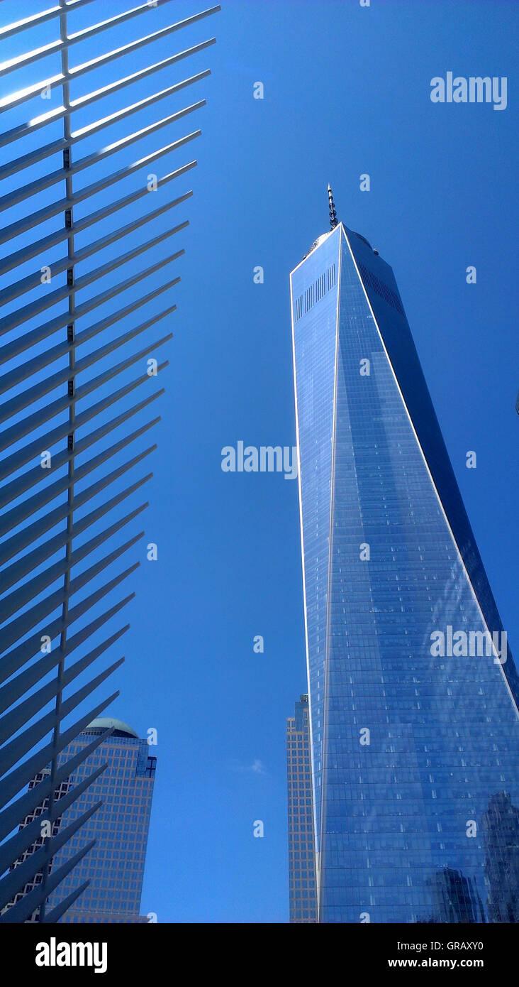 World Trade Center Tower L'un à côté de l'Oculus du moyeu de transport. Banque D'Images