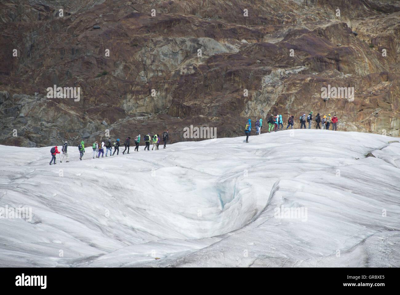 Un groupe de personnes marche sur le glacier d'Aletsch Banque D'Images