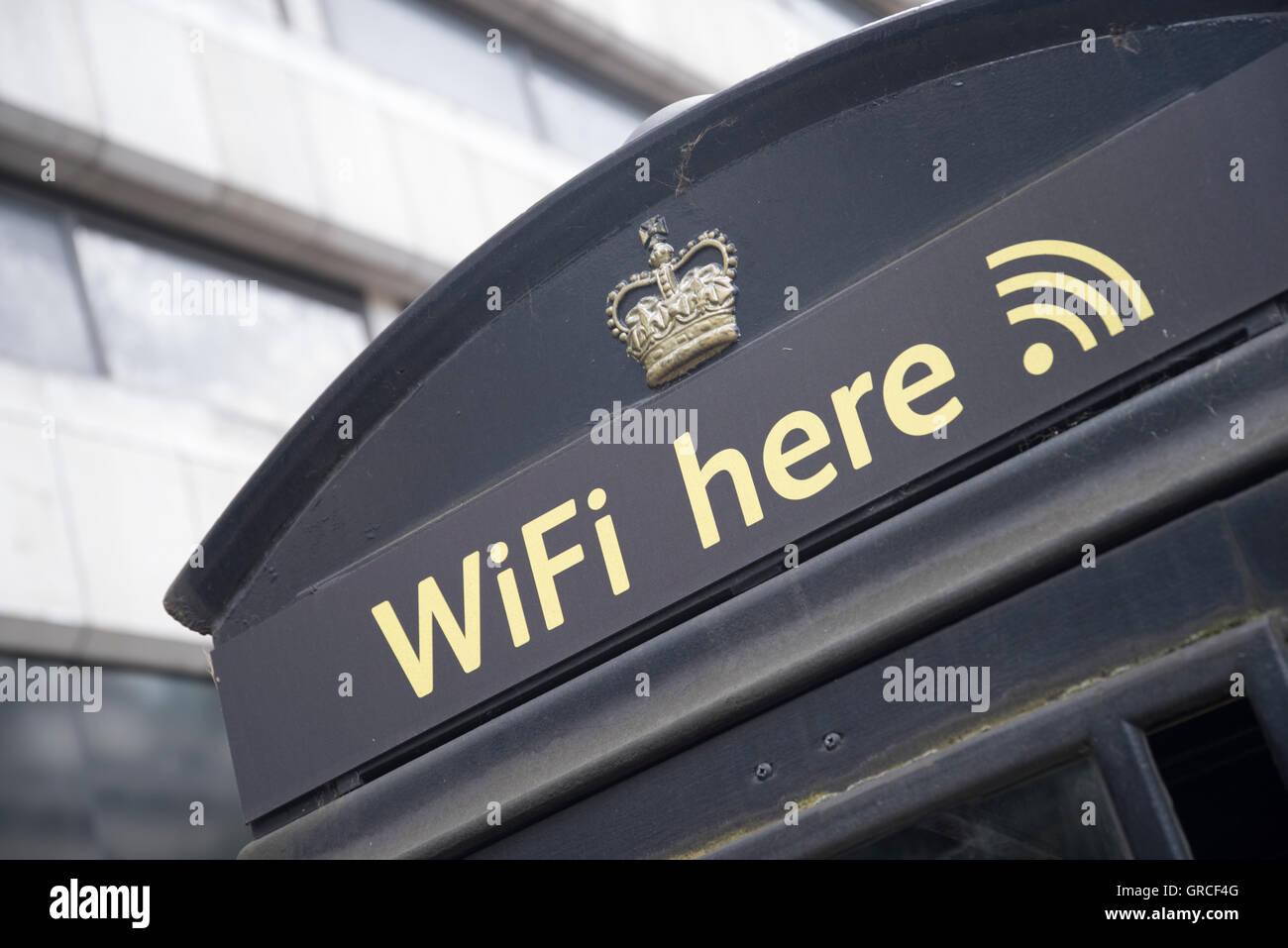 Connexion Wi-Fi au réseau local du fournisseur converti Londres cabine téléphonique, le centre de Photo Stock