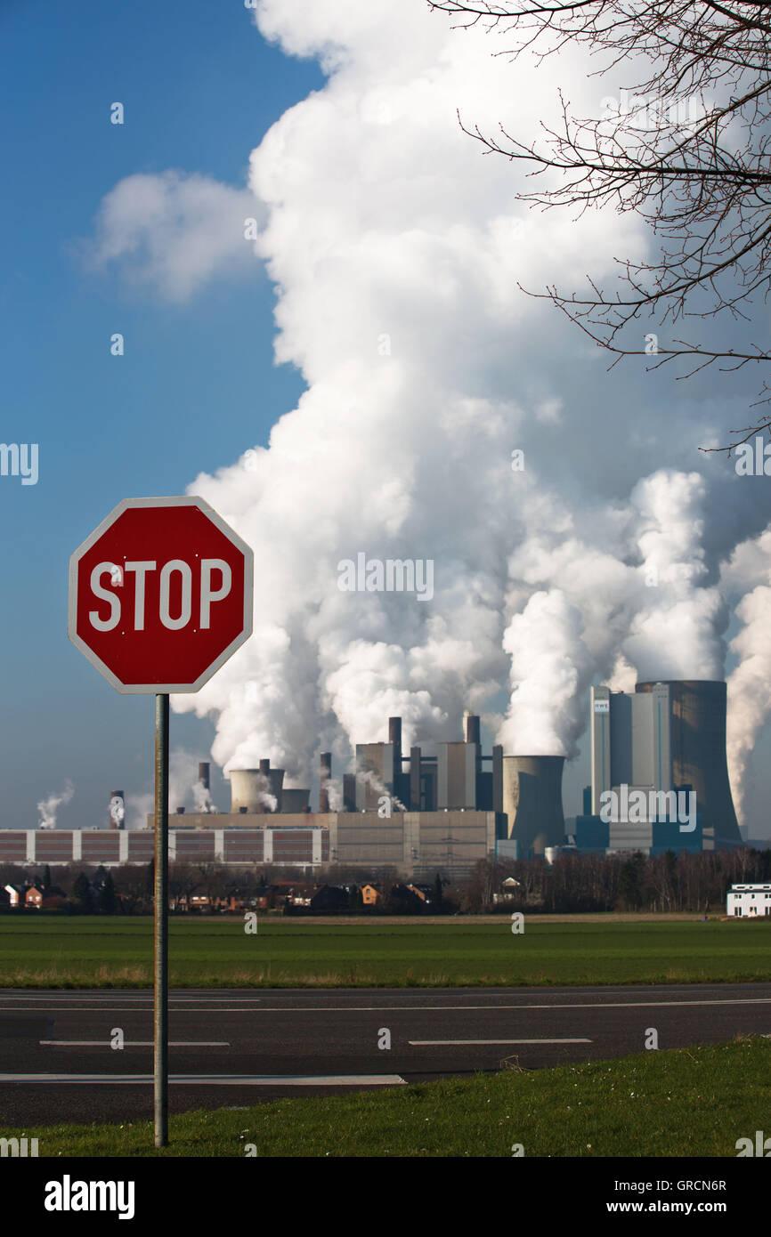 Usine de charbon obsolètes Niederaußem avec panneau d'arrêt Photo Stock