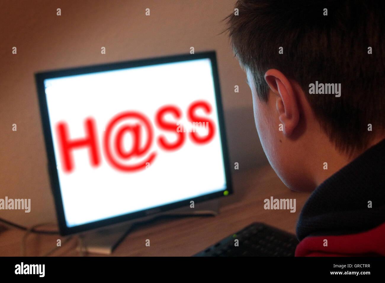 La haine avec Word lors de l'inscription et l'écran de l'ordinateur Photo Stock