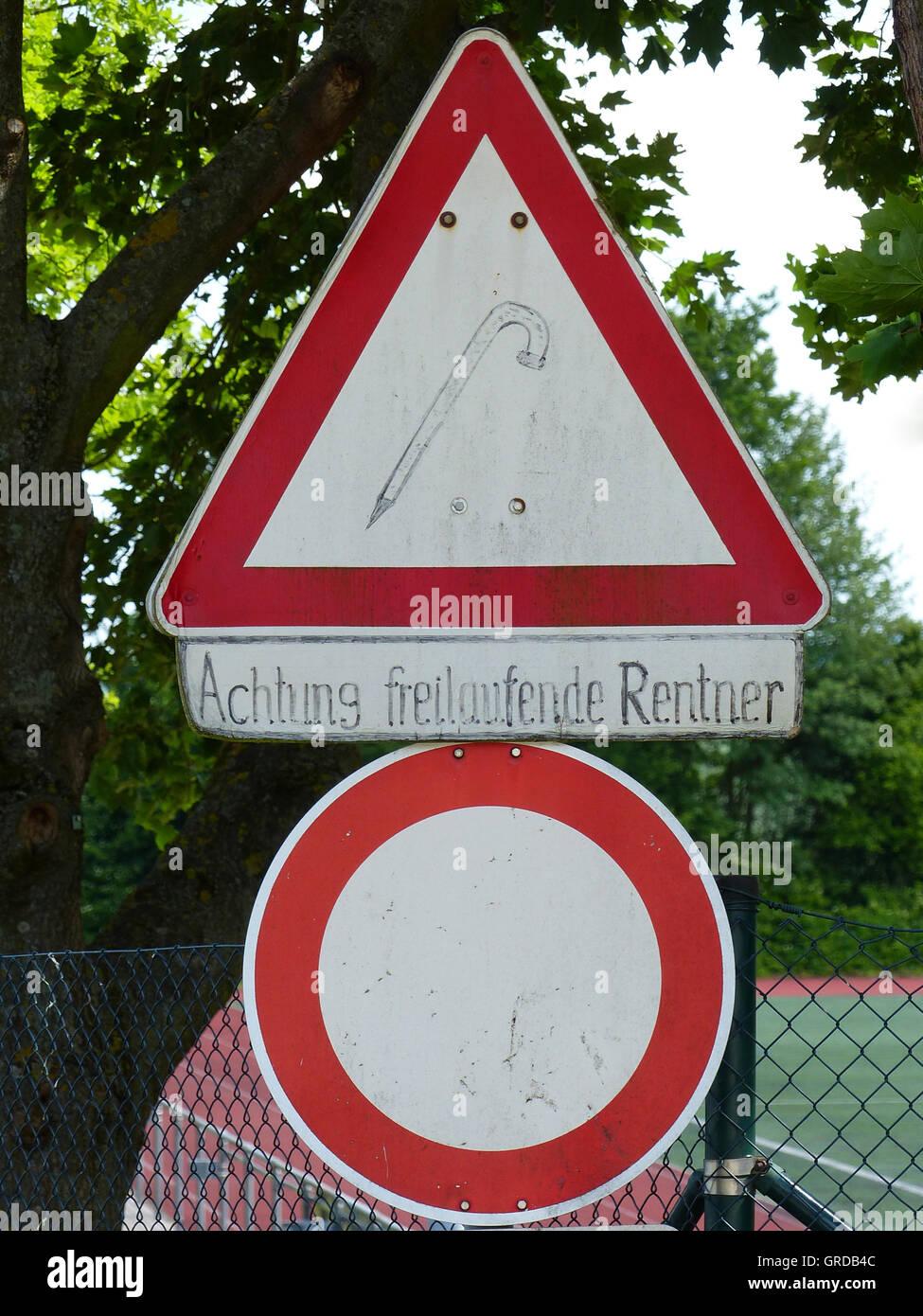 Panneaux de circulation Entrée interdite et de l'attention font place, avec signature supplémentaire Photo Stock