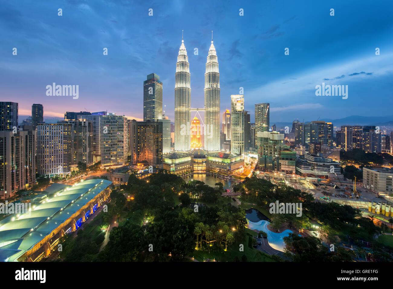 Kuala Lumpur skyline et gratte-ciel de nuit à Kuala Lumpur, Malaisie. Photo Stock