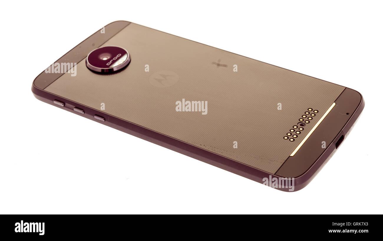Winneconne, WI - 2 août 2016: New Motorola Moto Z force droid téléphone sur un arrière Photo Stock