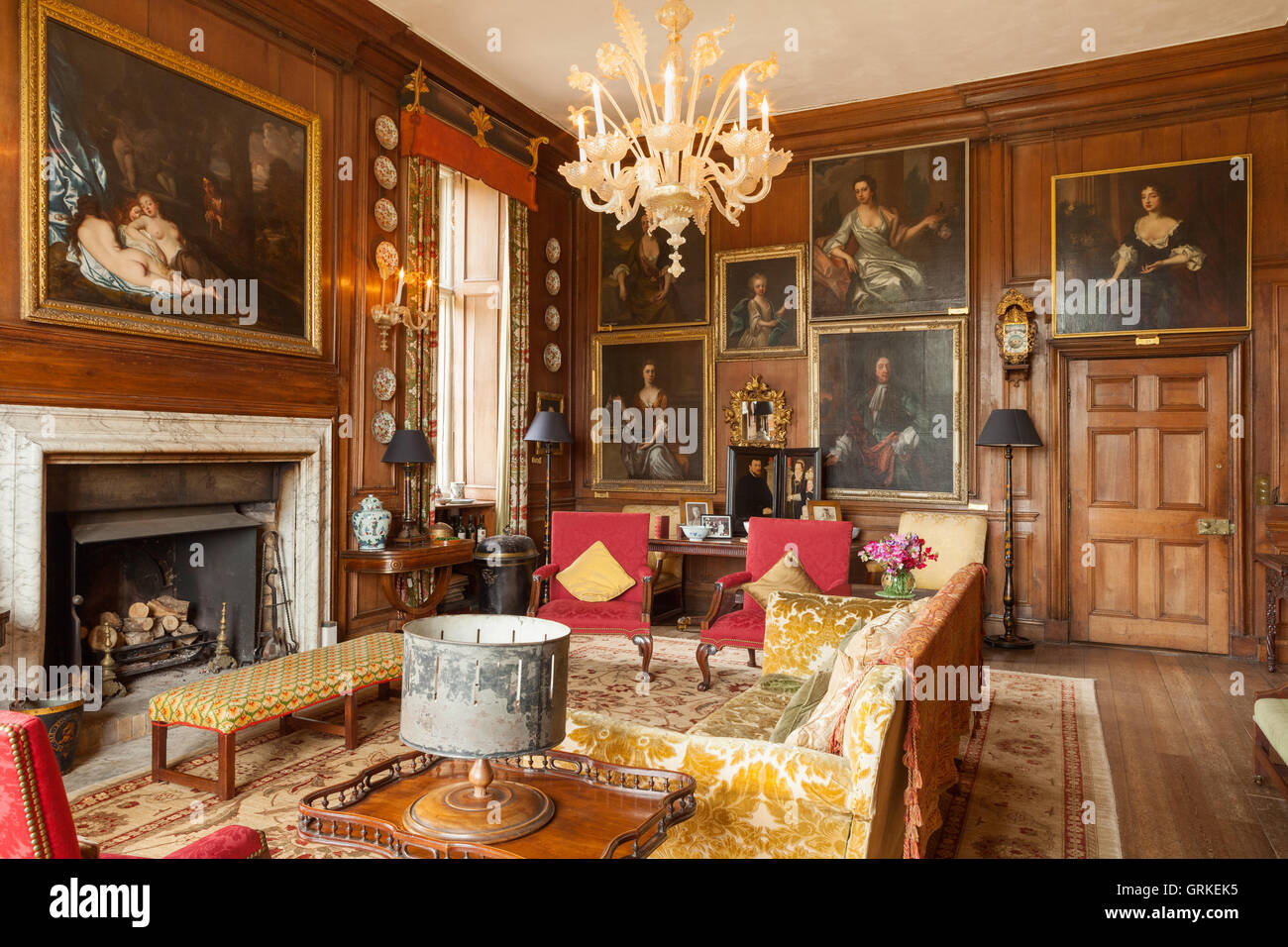 Le salon rouge, marron avec lambris élisabéthain. Doddington Hall ...
