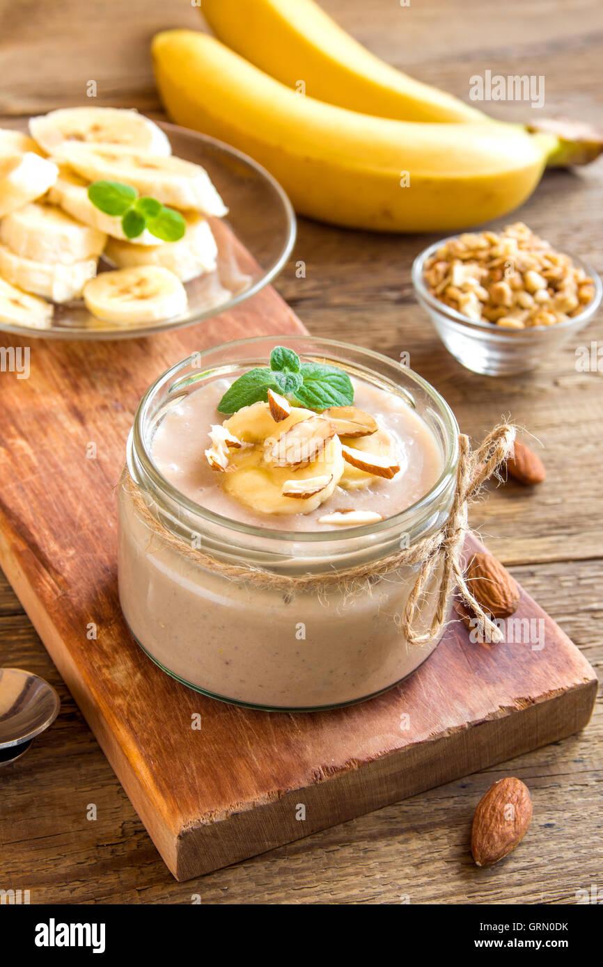 Avec mousse à la banane et menthe amande pour dessert végétarien sain sur fond de bois rustique Photo Stock
