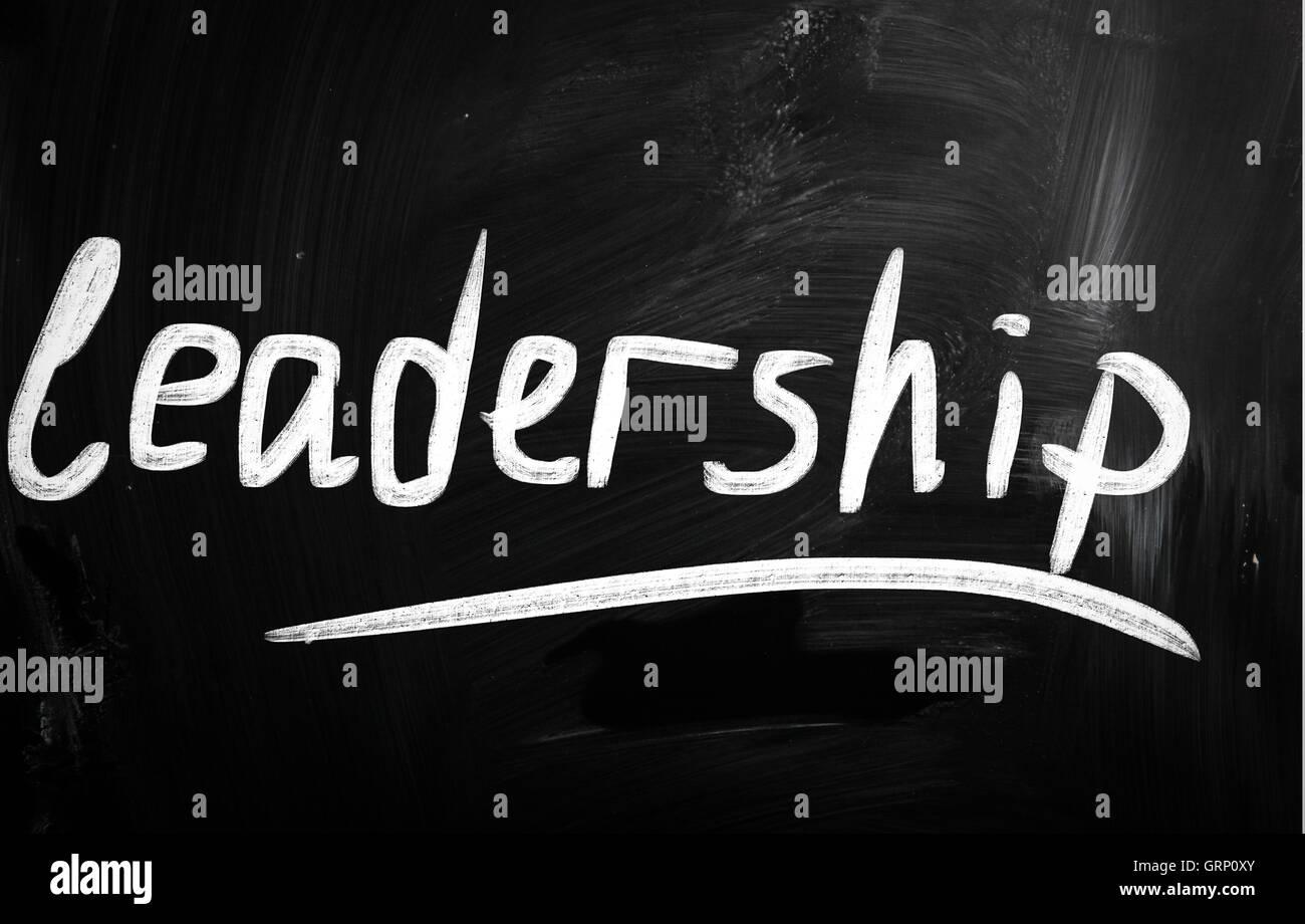"""Le mot """"Leadership"""" à la main avec une craie blanche sur blackboa Photo Stock"""