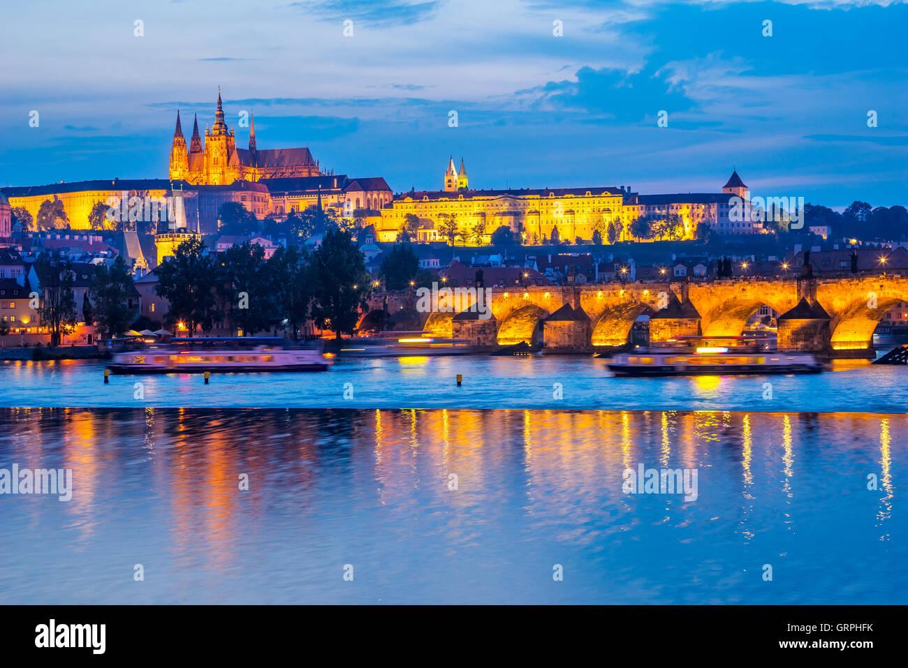 Vue sur la Vltava, le Pont Charles et le château au-delà. Europe République Tchèque Prague Photo Stock