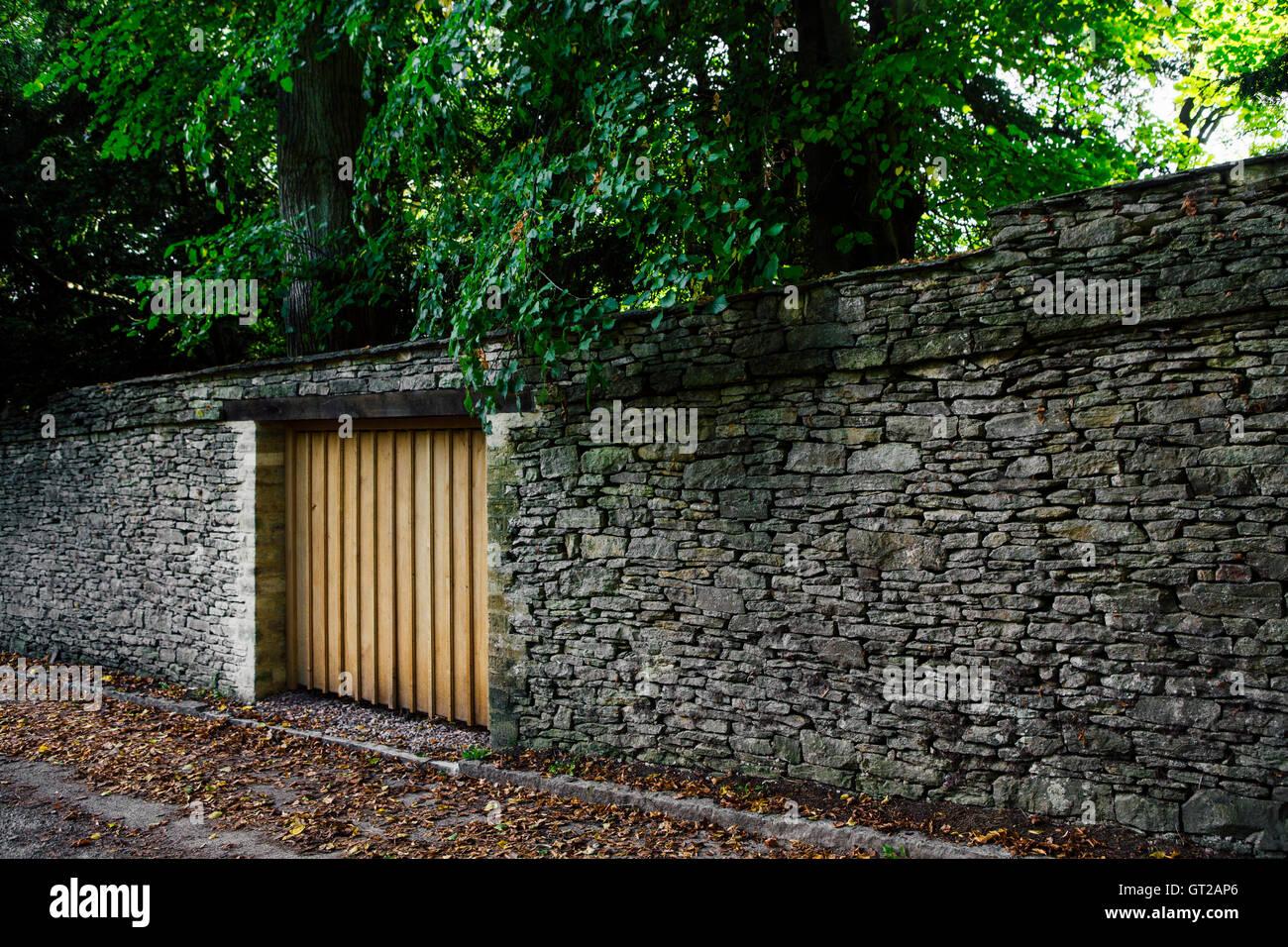 Simple porte en bois dans un mur de pierre comme une porte de garage l 39 entr e d 39 une propri t - Didier wampas comme dans un garage ...