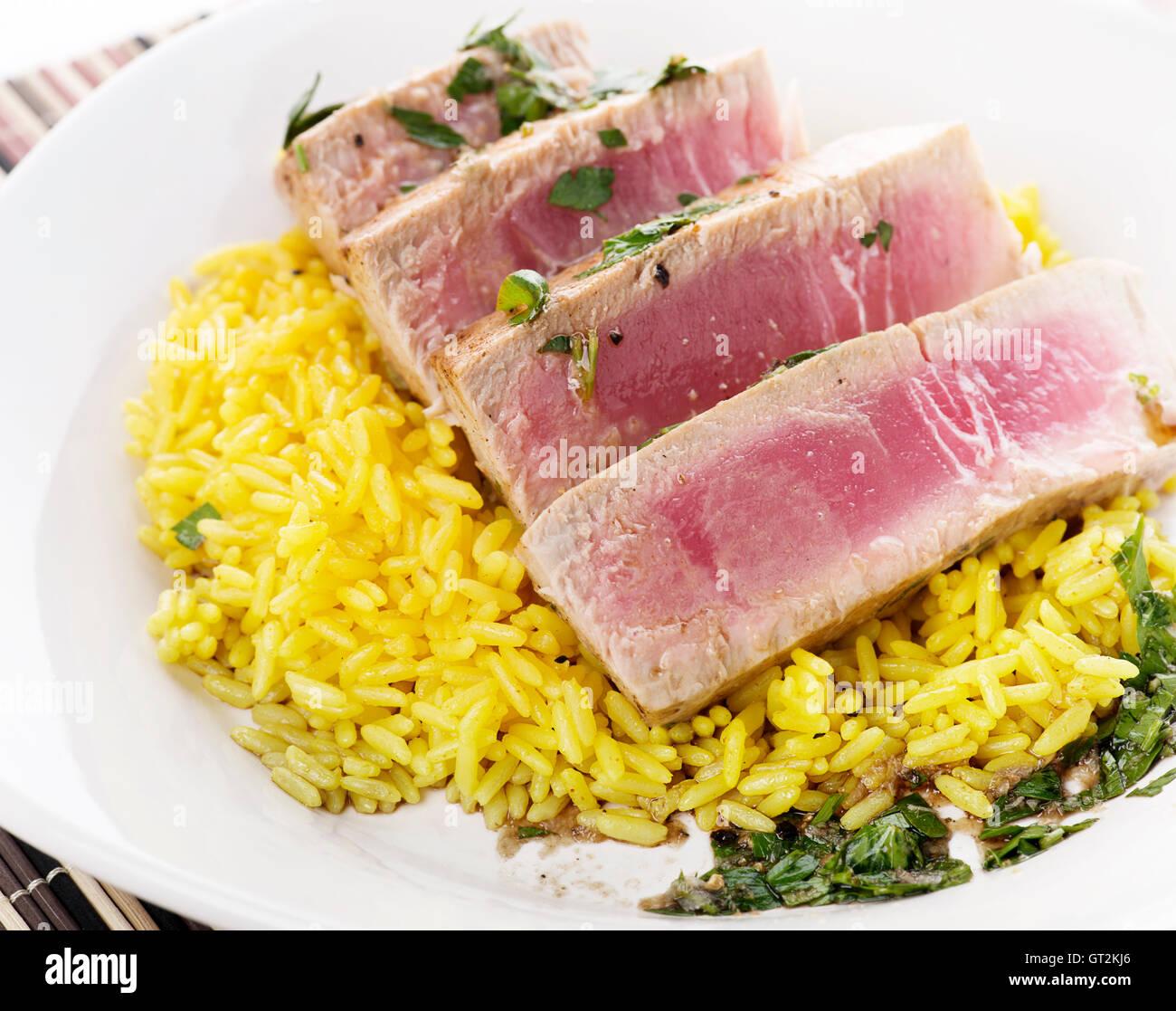 Steak de thon ahi avec riz et sauce aux herbes Photo Stock