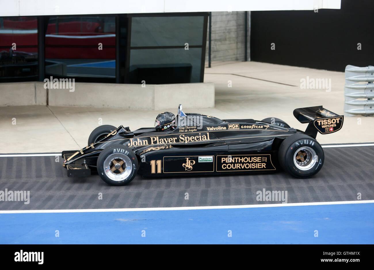 Un 1982, Lotus 91/5 dans la voie des stands, International au cours de qualification pour les maîtres de la FIA de Formule 1 historiques. Banque D'Images