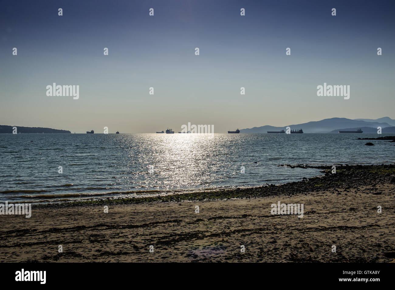 Les pétroliers se déplaçant à Port de Vancouver au crépuscule, Colombie-Britannique, Canada Banque D'Images
