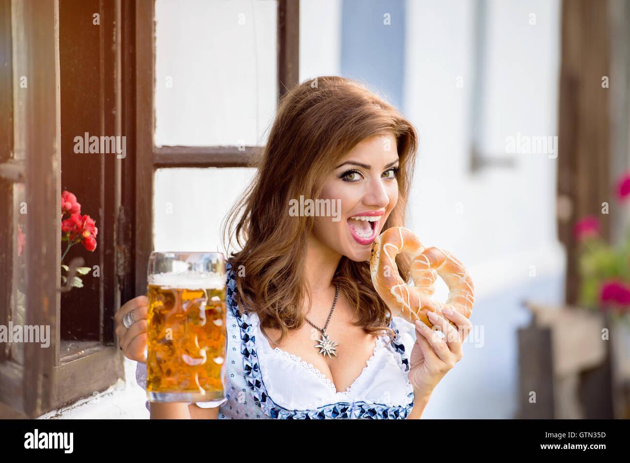 qui suis je de Martin 18 janvier trouvé par Martine Femme-en-robe-bavaroise-traditionnelle-biere-et-bretzel-holding-gtn35d