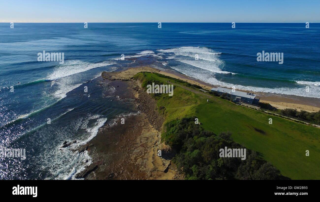 Une vue aérienne de Sandon Point à Bulli, NSW, Australie. Le processus de réfraction des vagues est Photo Stock