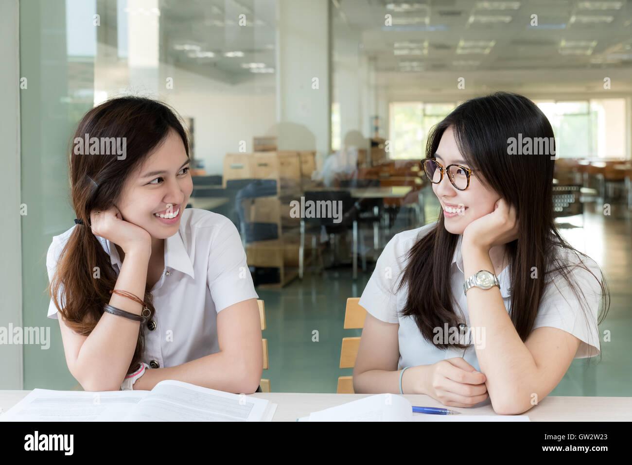 Deux étudiant asiatique en uniforme dans l'étude de classe. Étudiant asiatique à la ensemble Photo Stock