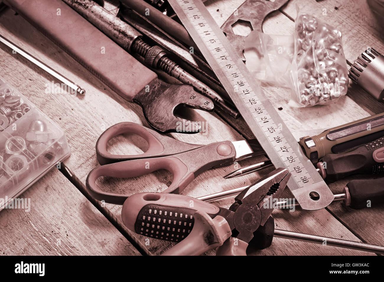 Bureau d'atelier avec divers outils. Image tonique Photo Stock