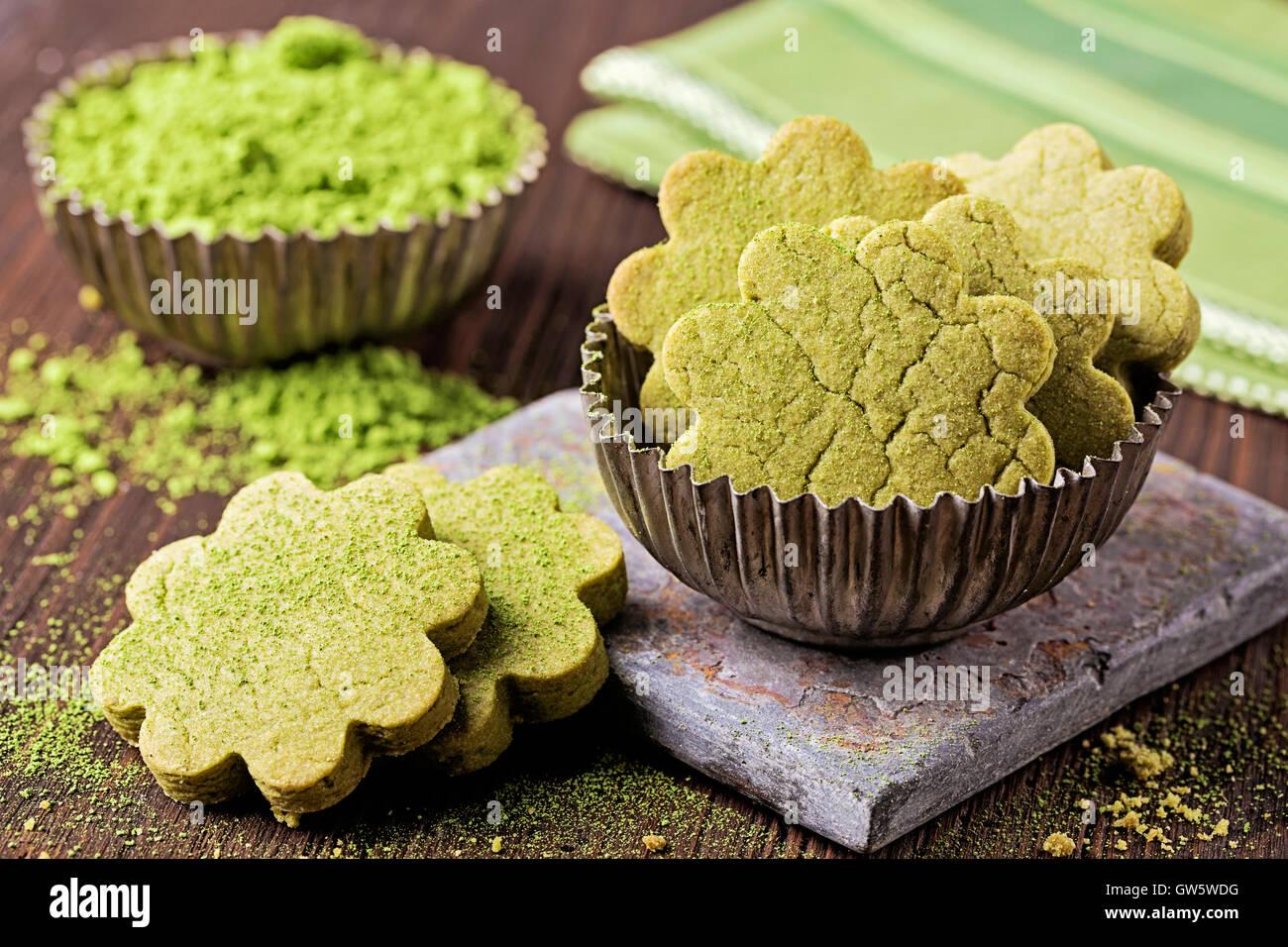 Thé vert matcha cookies sur une table en bois Photo Stock
