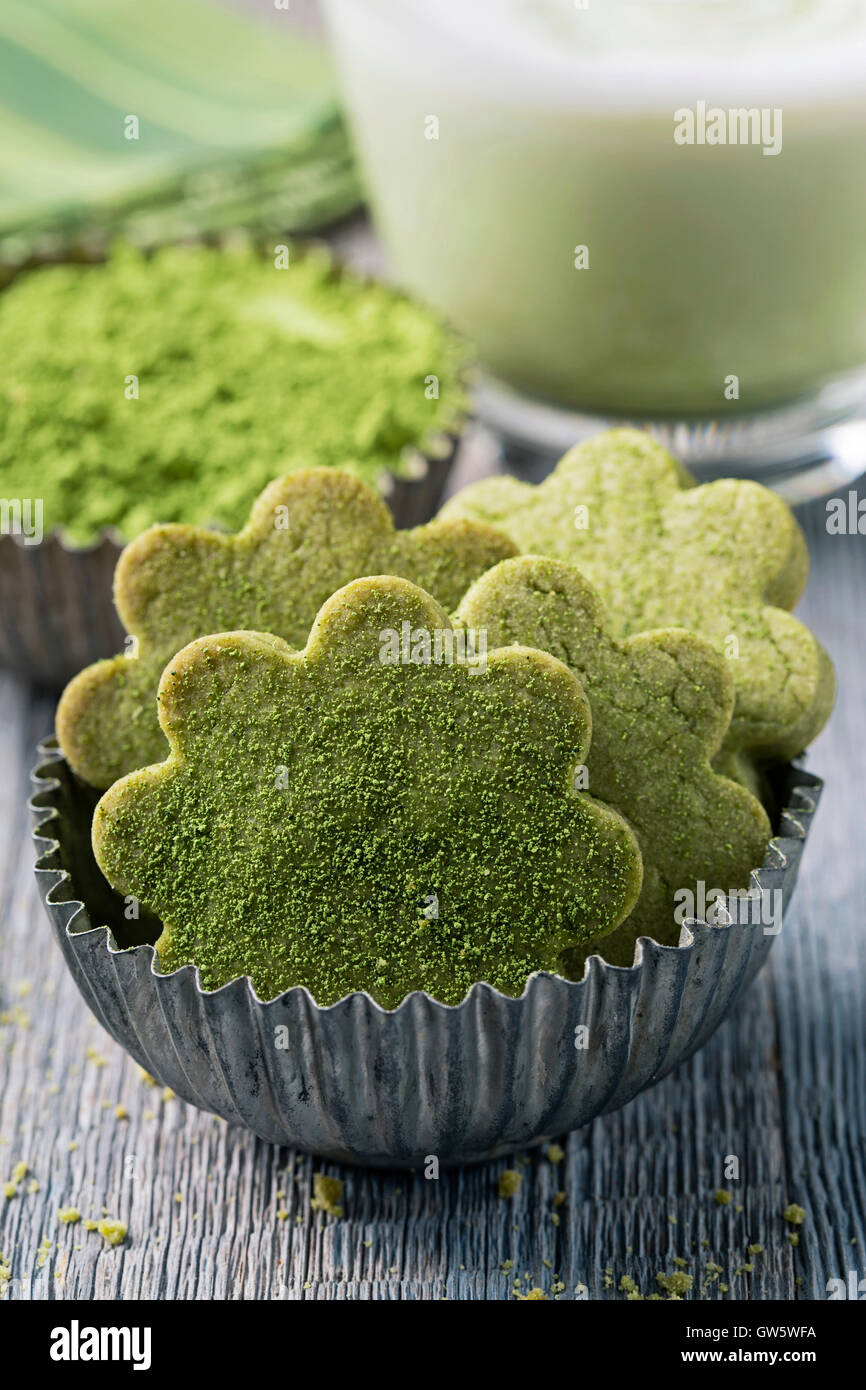 Thé vert matcha latte et les cookies sur un fond de bois Photo Stock