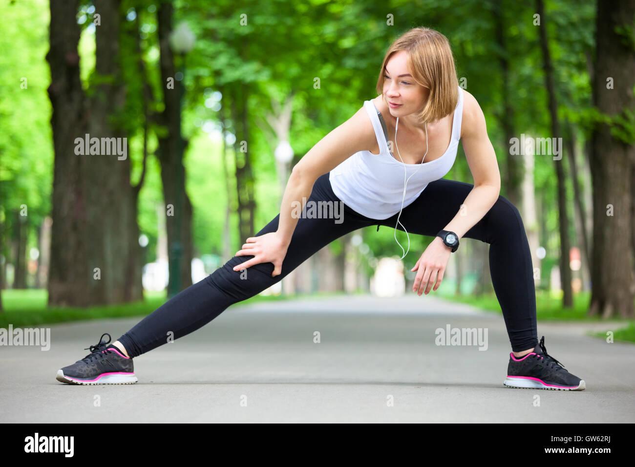 Belle jeune femme qui s'étend dans le parc. Banque D'Images