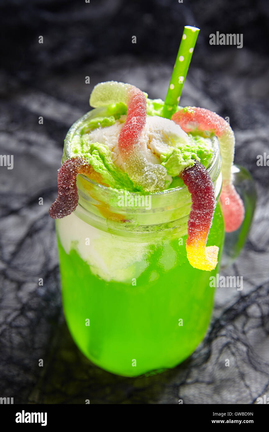 boisson verte avec de la glace float pour halloween banque d 39 images photo stock 118880545 alamy. Black Bedroom Furniture Sets. Home Design Ideas