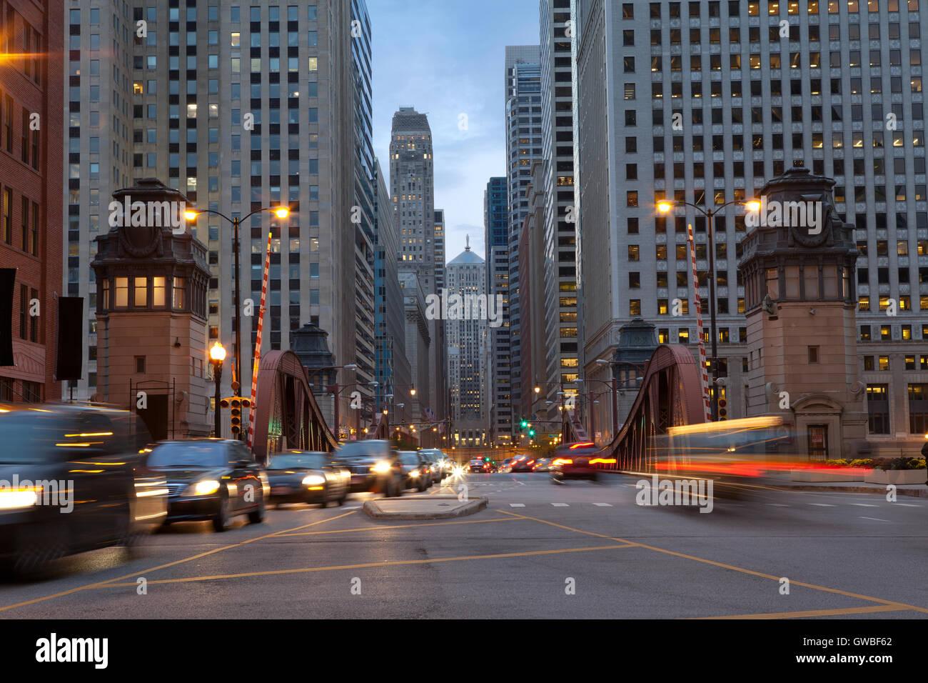 Rue de Chicago. Image de la salle street dans le centre-ville de Chicago, au crépuscule. Photo Stock
