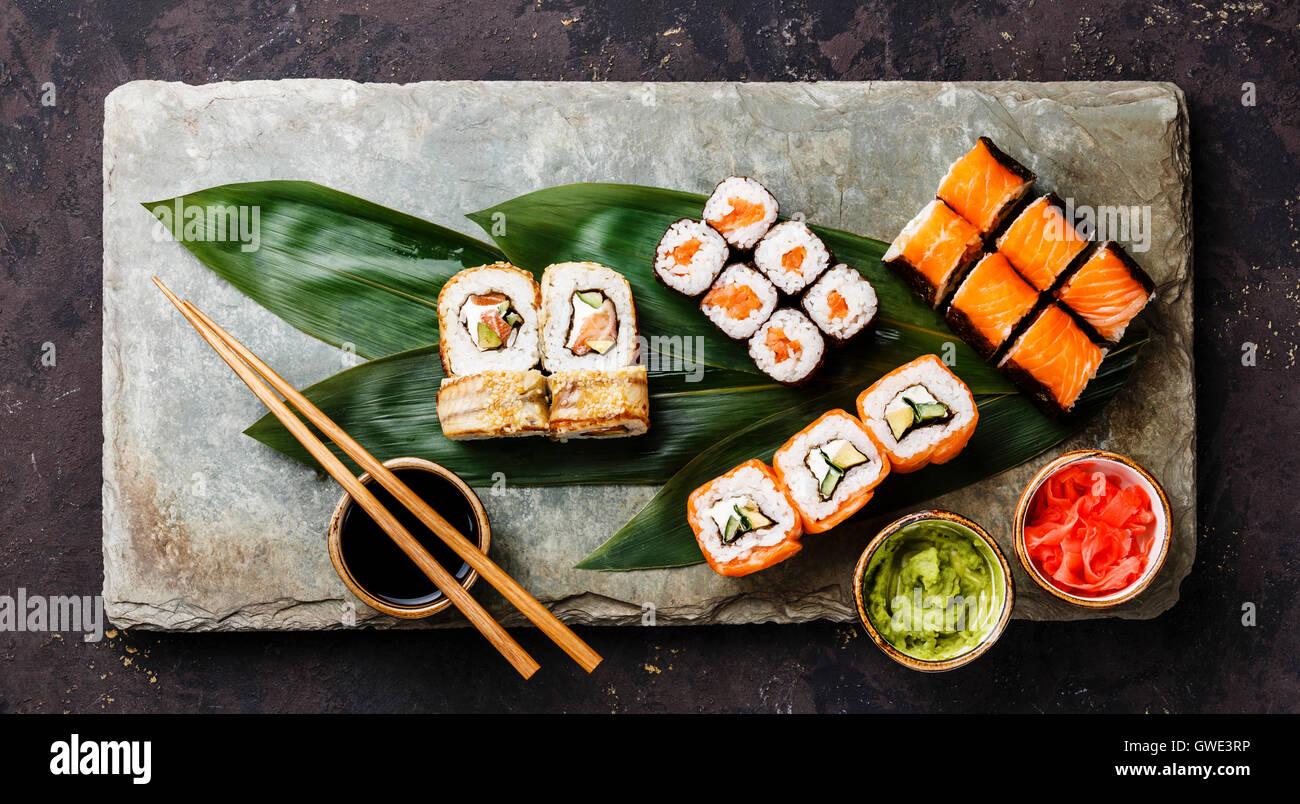 Set à Sushi rolls sur bambou vert feuille sur la plaque d'ardoise gris board Photo Stock