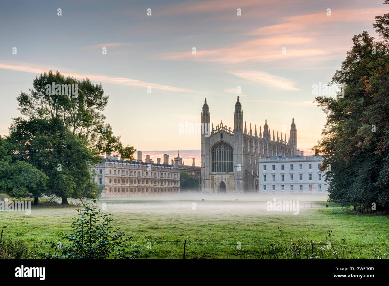 King's College, Cambridge, UK, 13 septembre 2016. La brume flotte dans l'air et de l'ensemble des pelouses Photo Stock