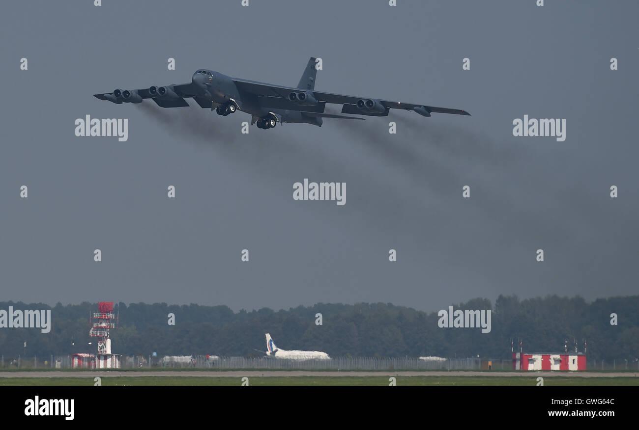 Mosnov, République tchèque. 13 Sep, 2016. Bombardier stratégique américain B-52 Stratofortress (photo) Terres en Mosnov Airport, en République tchèque, le 13 septembre 2016. B-52 bombardiers auront leurs premiers vols au sein de l'exercice le dimanche pendant les jours de l'OTAN et de la Force aérienne tchèque jours à Mosnov 17-18 septembre à l'aéroport. Photo: CTK Jaroslav Ozana/Photo/Alamy Live News Banque D'Images