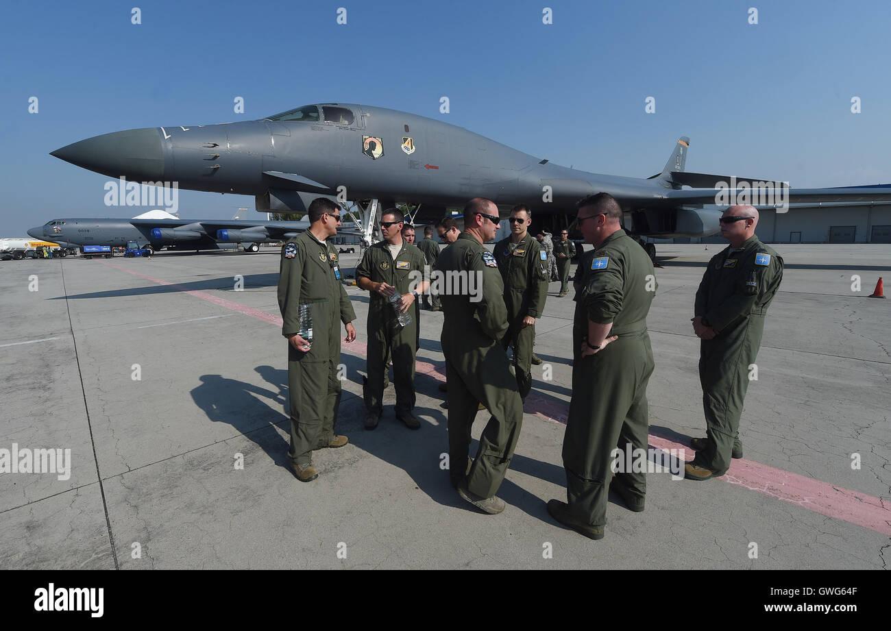 Mosnov, République tchèque. 13 Sep, 2016. Bombardier stratégique américain B-52 Stratofortress (à gauche) et B-1B Lancer land à aéroport Mosnov, République tchèque, le 13 septembre 2016. B-52 bombardiers auront leurs premiers vols au sein de l'exercice le dimanche pendant les jours de l'OTAN et de la Force aérienne tchèque jours à Mosnov 17-18 septembre à l'aéroport. Photo: CTK Jaroslav Ozana/Photo/Alamy Live News Banque D'Images