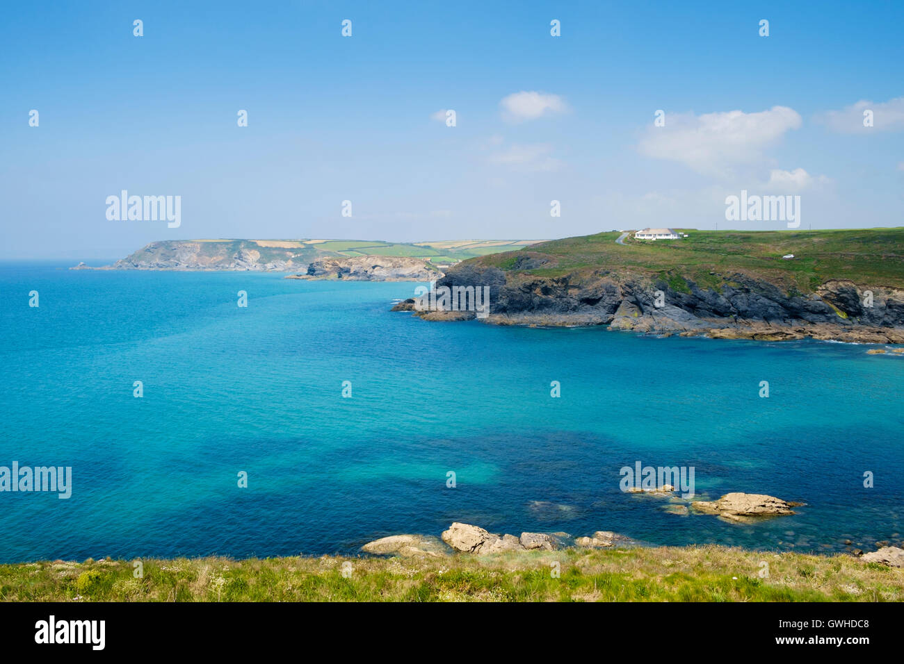 La mer bleu clair de la côte de Poldhu Cove, péninsule du Lézard, Cornwall, England, UK en été Photo Stock