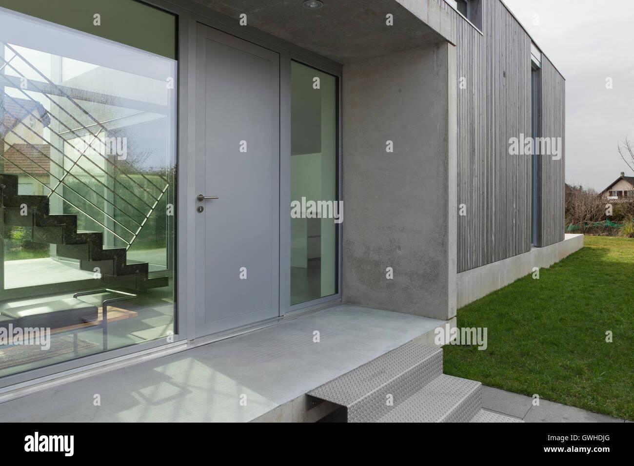 Entrée d\'une maison moderne en bois et en béton, à l\'extérieur ...