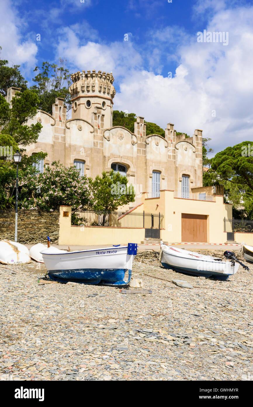 Casa Costa, un bâtiment moderniste Catalan donnant sur la plage de galets, Playa Llané Petit, Cadaqués, Photo Stock