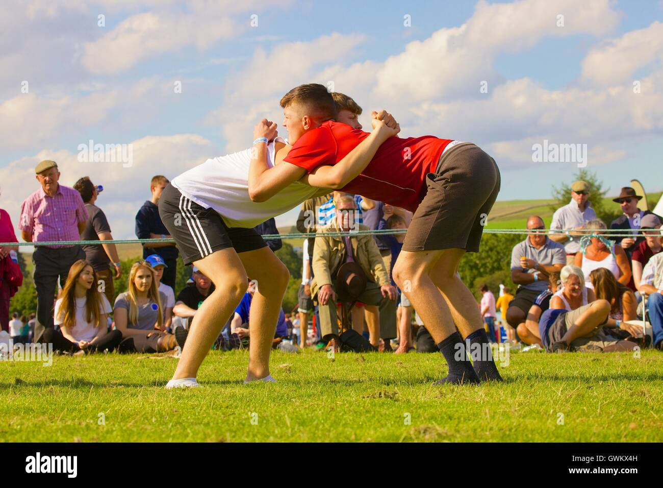 Les jeunes hommes Cumberland Wrestling. Bellingham Show and Country Festival, Bellingham, Northumberland, England, Photo Stock