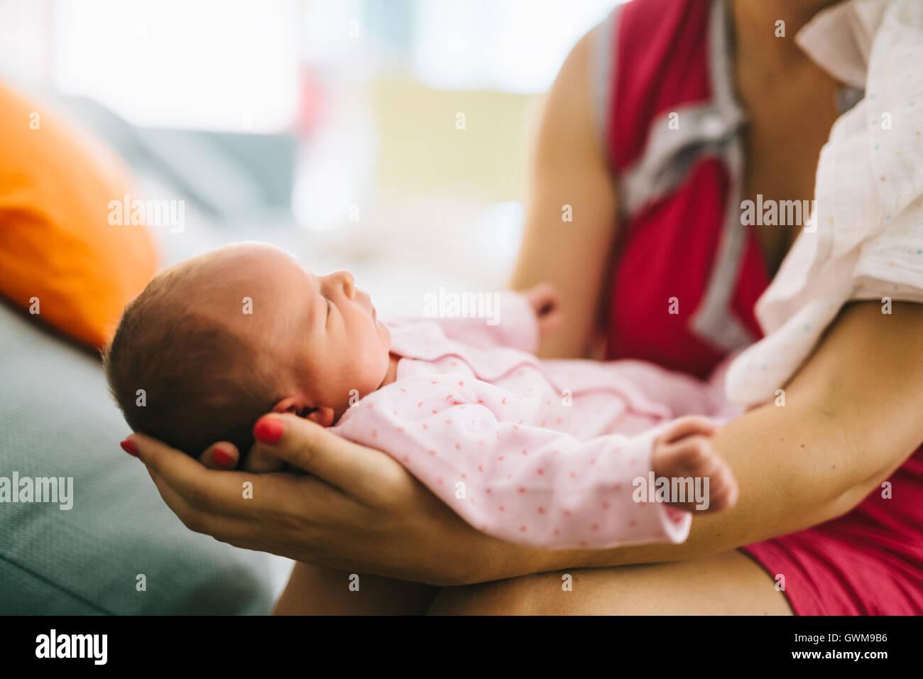 Mother holding newborn avec joie et fierté Photo Stock