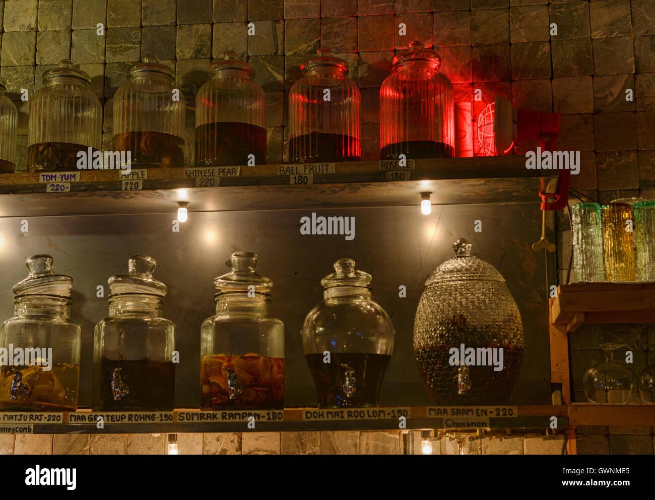 Pots de ya dong (Thai alcools blancs avec des plantes médicinales) dans un bar à Bangkok, Thaïlande Photo Stock