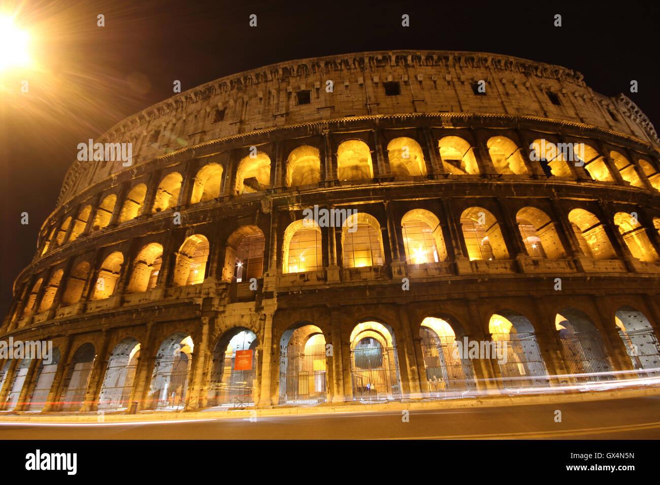 Une superbe photo de nuit du Colisée, Rome, Italie, il Colosseo, Roma Photo Stock
