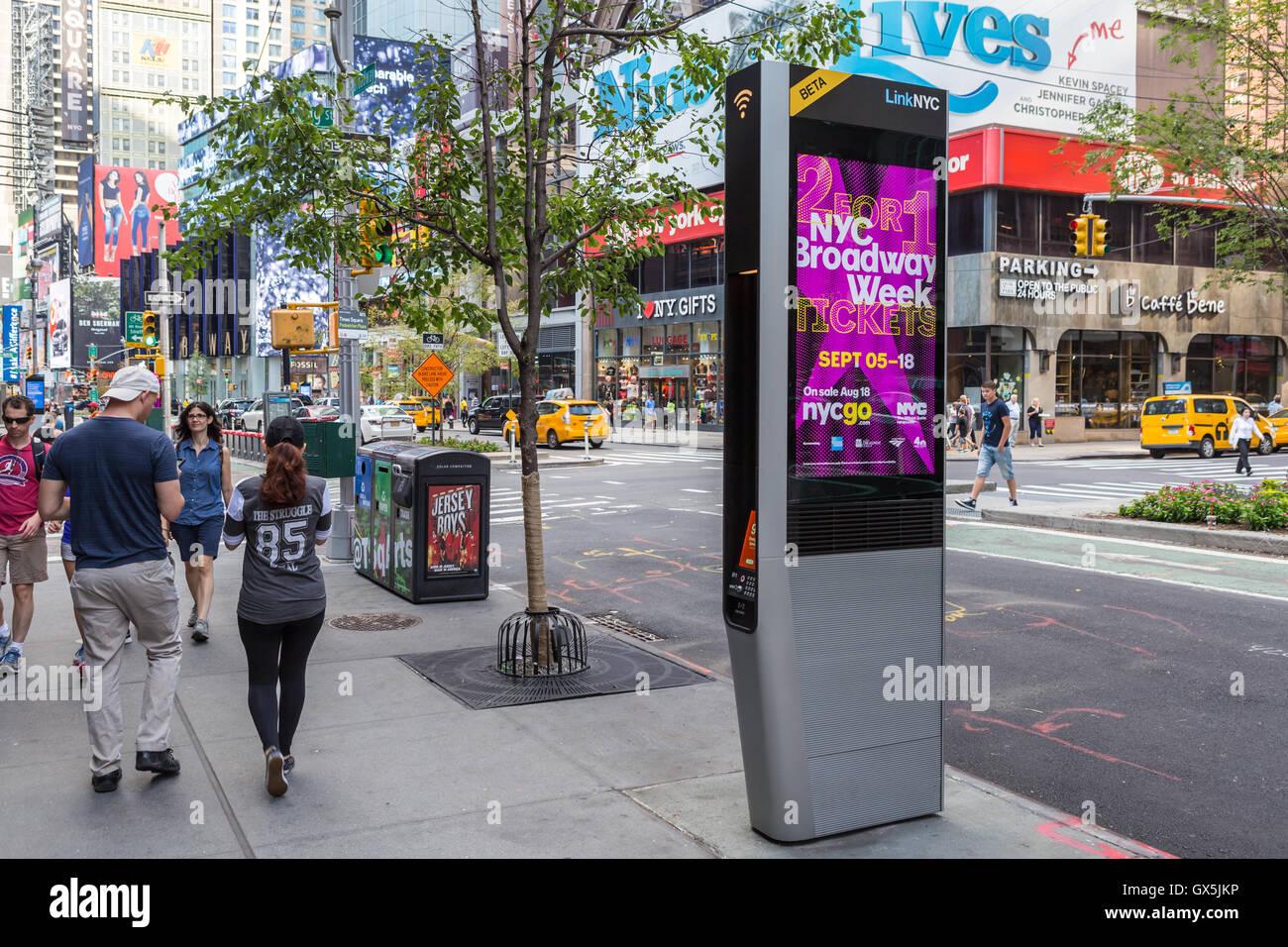 Un LinkNYC borne Wi-Fi disponible gratuitement pour l'usage du public sur un mid-town street à New York. Photo Stock