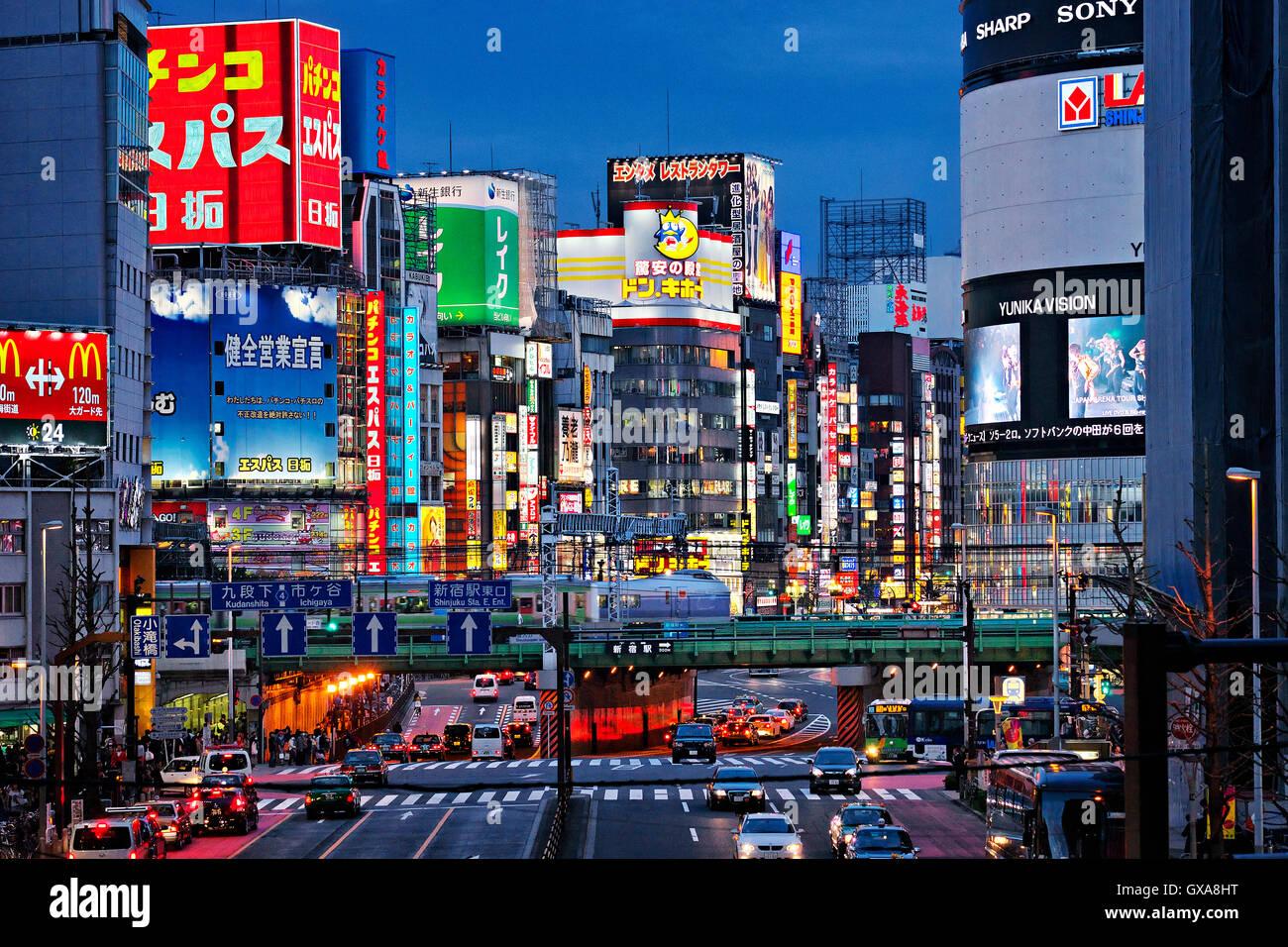 L'île de Honshu, Japon, Tokyo, Kanto, quartier de Shinjuku de nuit. Photo Stock