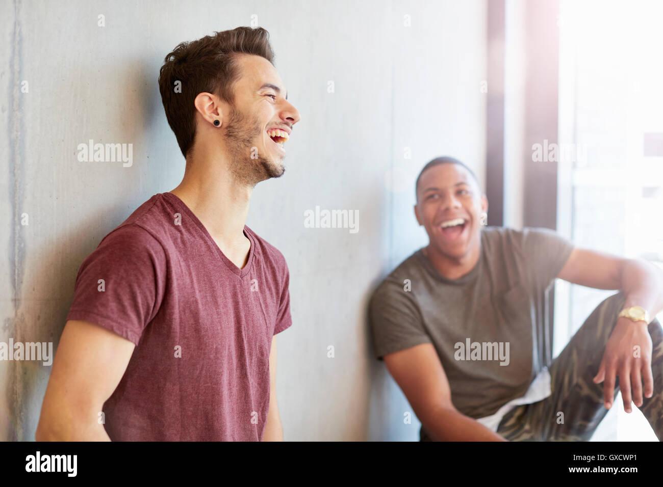 Deux jeunes garçons en espace d'étude de rire de l'enseignement supérieur college Photo Stock