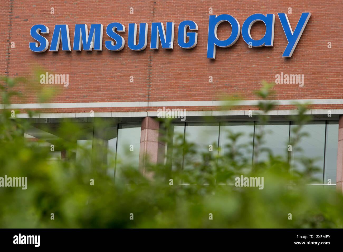 Un logo affiche à l'extérieur du siège de Samsung Payer à Burlington, Massachusetts le 13 Photo Stock