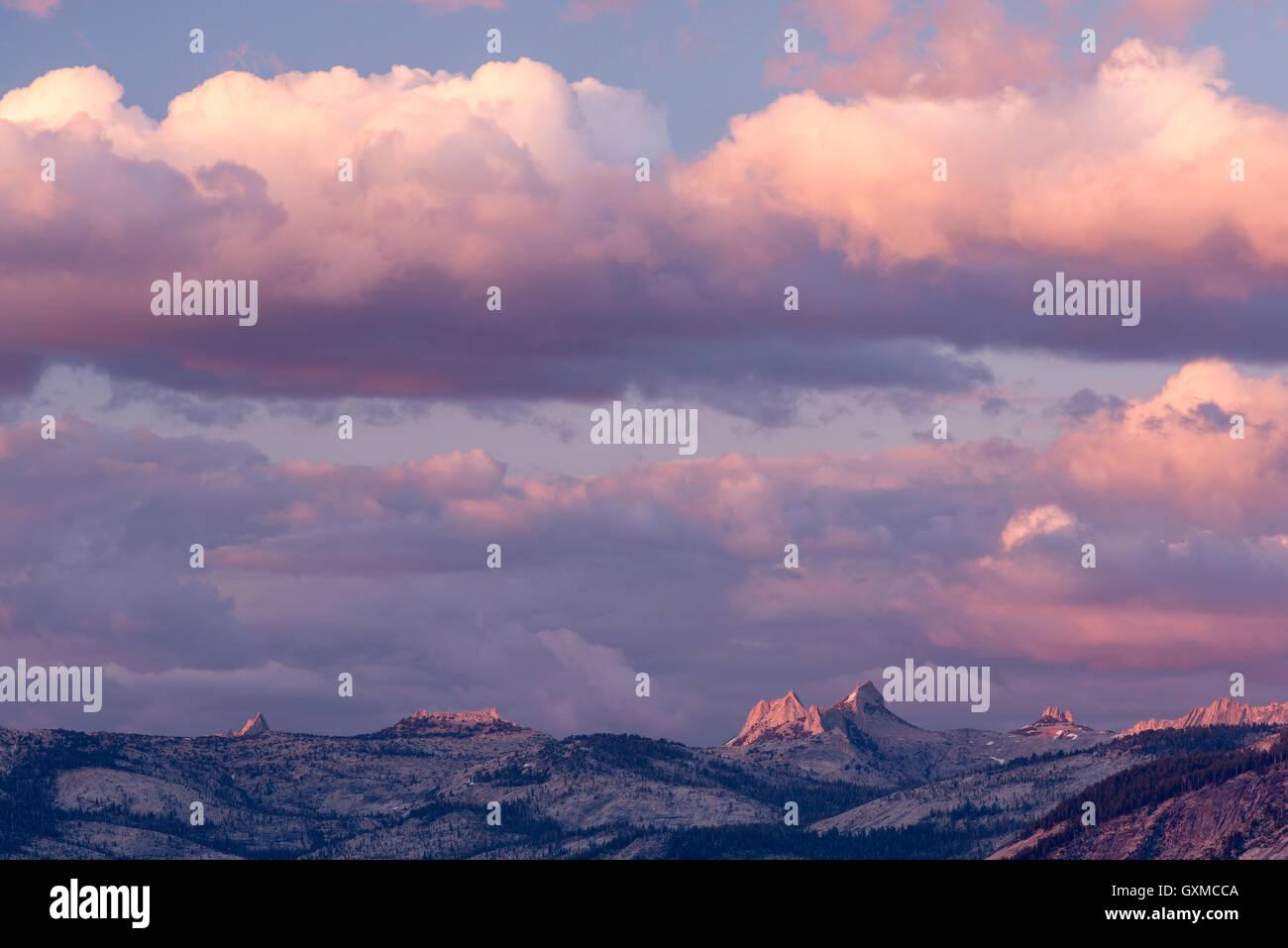 De soleil colorés au-dessus du relief montagneux de Yosemite National Park, California, USA. En été Photo Stock
