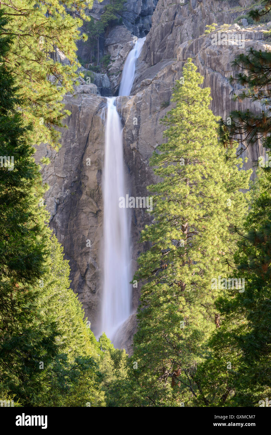 Yosemite Falls inférieur à Yosemite Valley, USA, Califorinia. Printemps (juin) 2015. Photo Stock