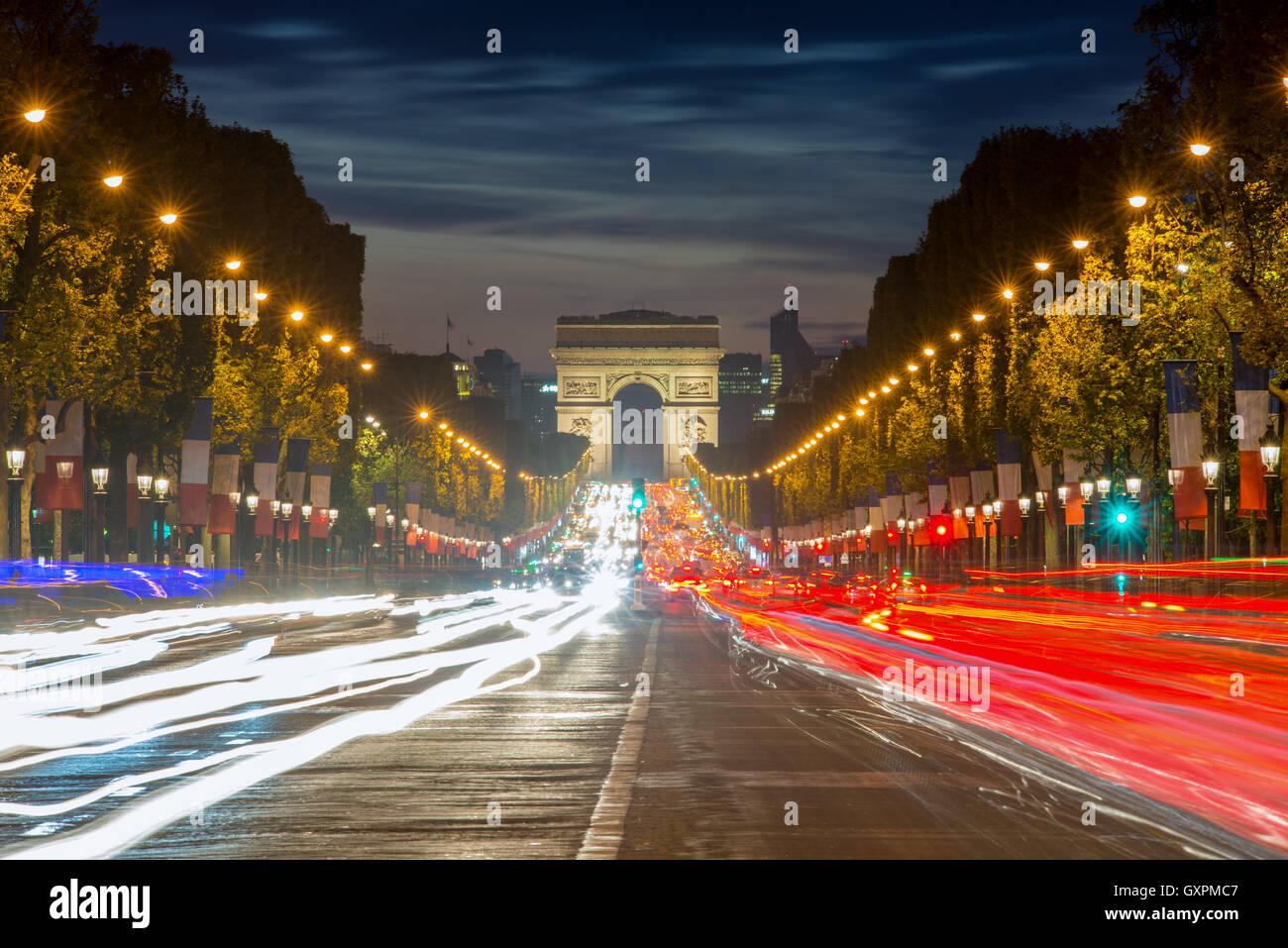 Arc de Triomphe Paris ville au coucher du soleil, la France. Champs Elysees rue le soir à Paris, France. Photo Stock