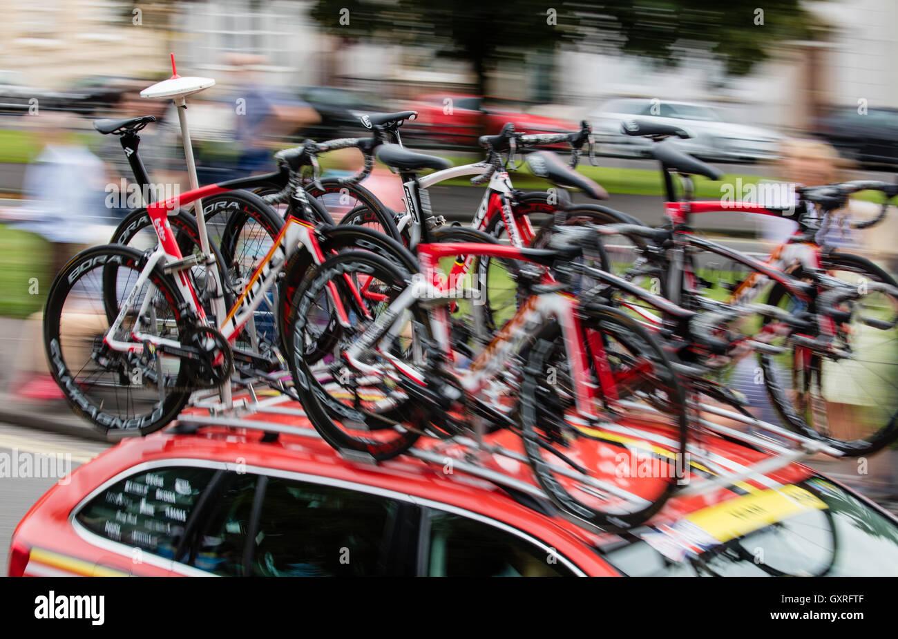 Tour of Britain voiture transportant six vélos comme il accélère par Clifton Bristol sur l'avant Photo Stock