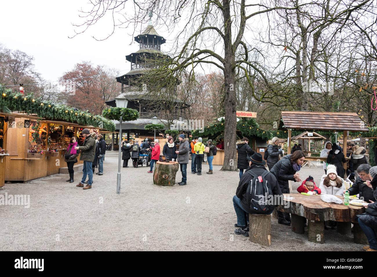 Un marché de Noël qui a eu lieu autour de la structure en bois de la tour chinoise dans les Jardins Anglais de Munich, en Allemagne. Banque D'Images