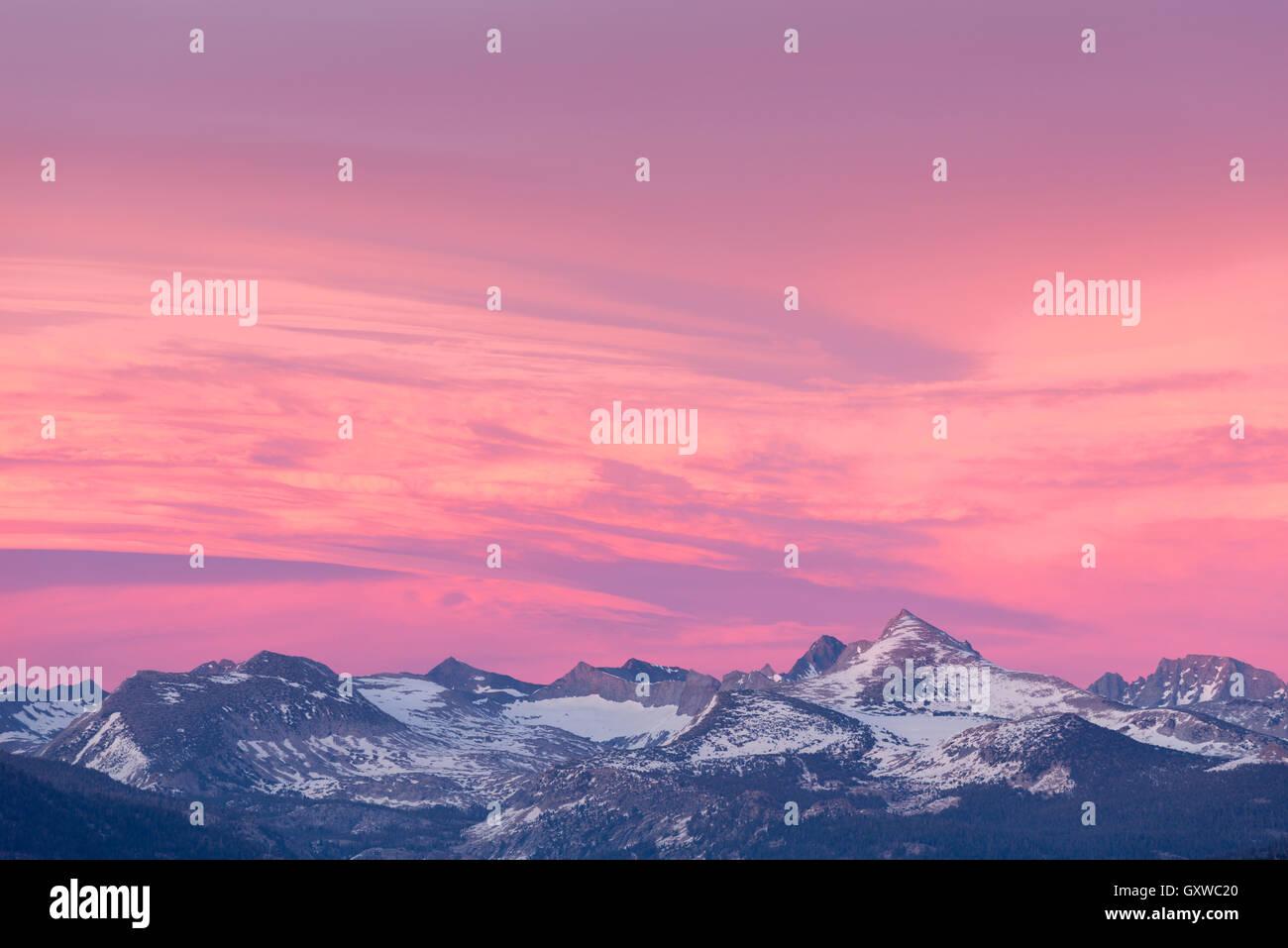 Coucher de soleil coloré ciel au-dessus de la neige des montagnes saupoudrées de Yosemite National Park, California, USA. Printemps (juin) 2016. Banque D'Images