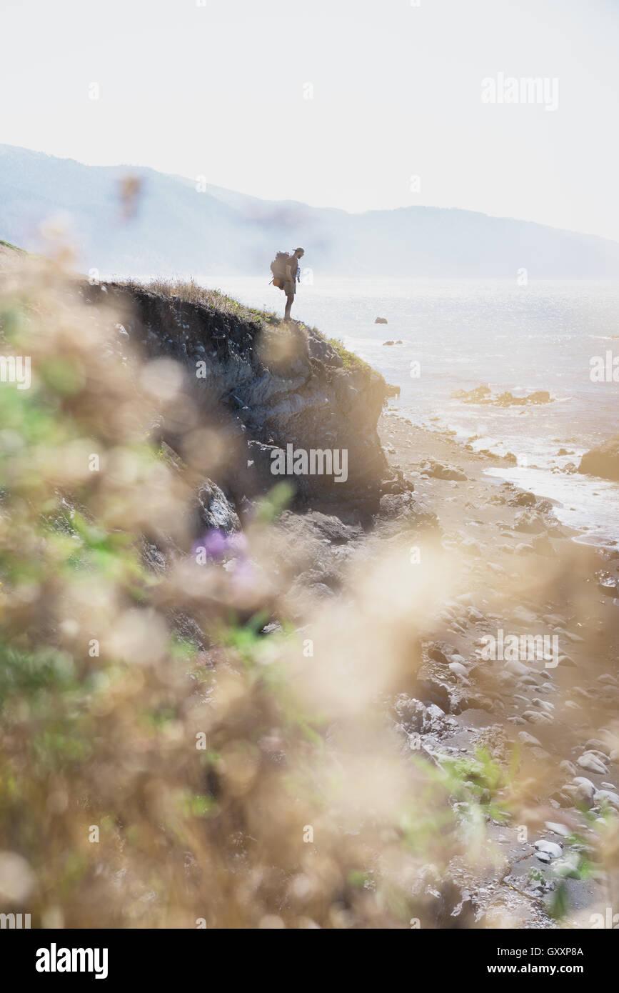 Un backpacker regarde au loin dans la mer lors d'une randonnée dans le Nord de la Californie a perdu l'autre. Photo Stock