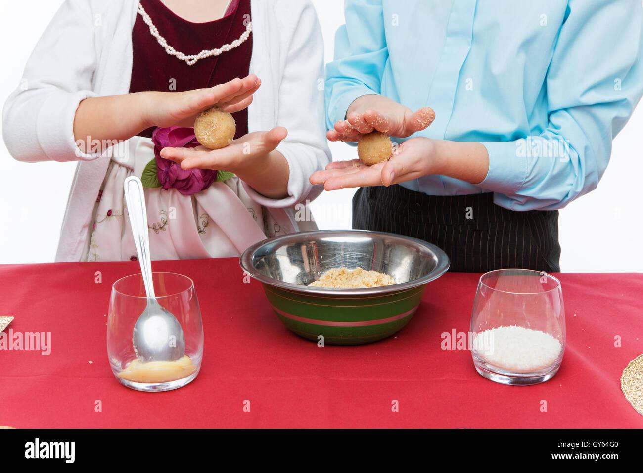Les enfants faire un dessert de Noël Photo Stock