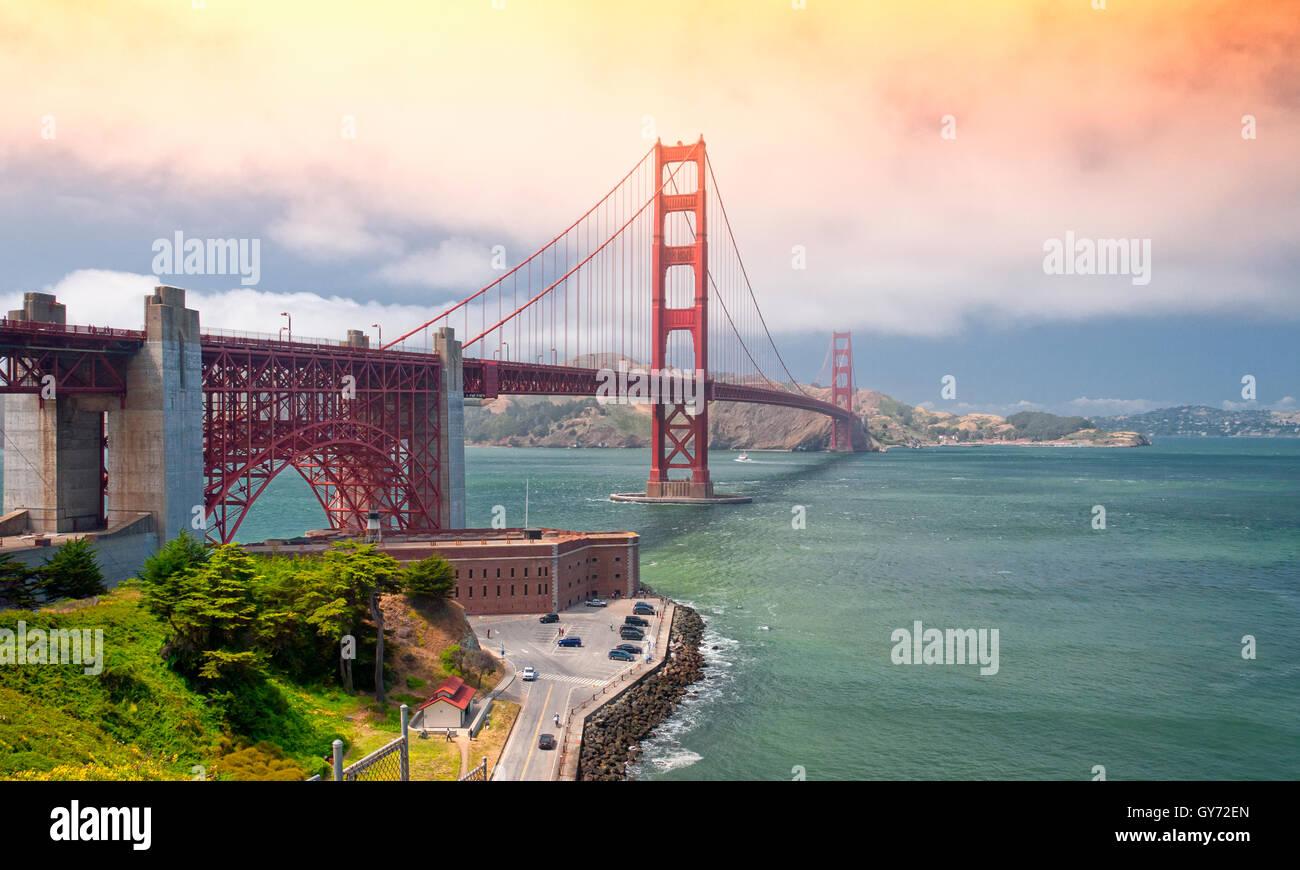 L'emblématique pont du Golden Gate sur baie de San Francisco avec le Marin Headlands dans l'arrière Photo Stock