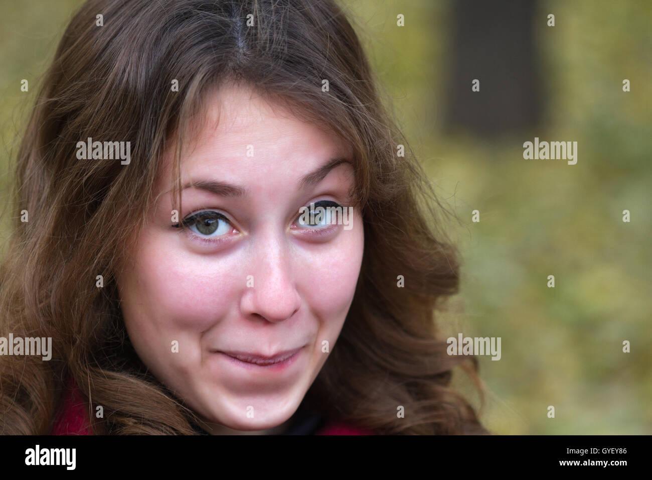 Portrait d'un séduisant beau pretty cute young caucasian embarassed étonné (fille femme, femme, Photo Stock